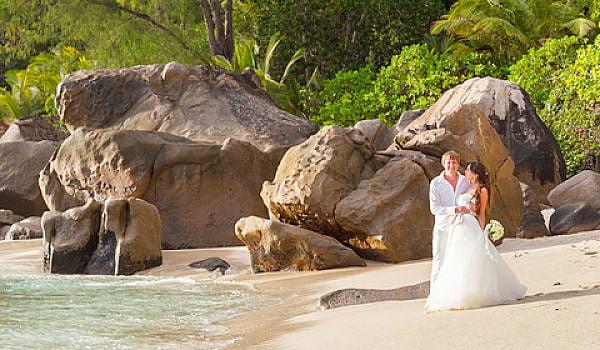 Hochzeit Seychellen - Hochzeitspaar am Strand